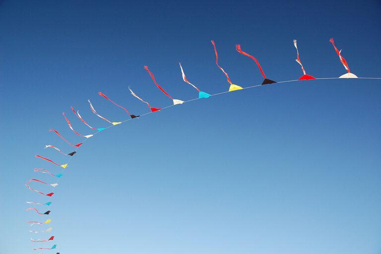 Drachen an blauem Himmel, Strand von AmrumAmrum, Deutschland - Foto: Dirk Pfuhl, www.nature-motion.de