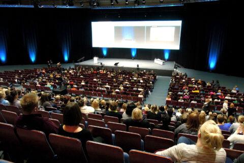 Hörsaal - Publikum in Erwartung interessanter Vorträge zum Thema Nachhaltigkeit.Foto: AI Leino, pixabay.com